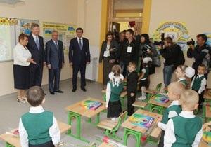 День Знаний - Ринат Ахметов - Ахметов подарил своей родной школе в Донецке новый корпус и футбольное поле за 47,4 млн. грн