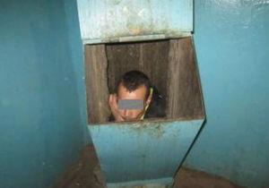 Росіянин, намагаючись втекти від подруги, застряг у сміттєпроводі