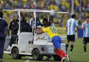 Футболист сборной Аргентины удален за удар водителя электрокара ногой