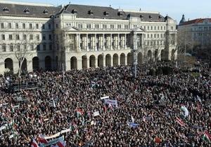 В Угорщині на мітинг на підтримку прем єра, який критикує ЄС, вийшли 250 тисяч людей