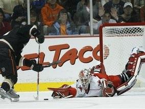 NHL: Ураганы накрыли Анахайм