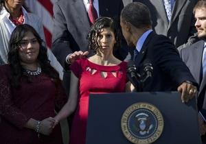 Обама не дал упасть беременной женщине, которой стало плохо во время его речи о реформе здравоохранения