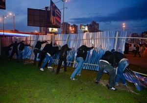 Навались. В Киеве на Позняках снесли строительный забор возле метро