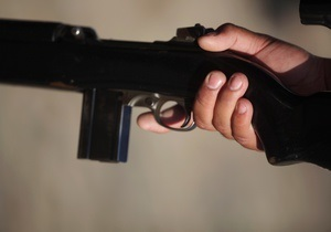 Новости Тернополя - оружие - хулиганство - В Тернополе мужчина целился из винтовки в людей на остановке транспорта