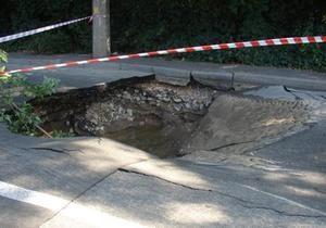 В Киеве школьница провалилась в яму с кипятком