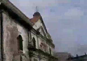 Филиппины: колокольня падает на прохожих - видео