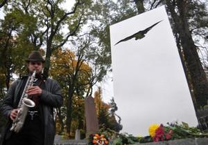 Фотогалерея: У творчому польоті. Пам ятник на могилі лідера групи Брати Гадюкіни
