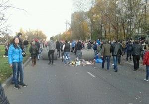 Ситуация на юге Москвы накаляется: участники акции сооружают баррикады из подручных средств