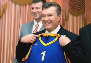 Баскетболисты подарили Януковичу майку сборной Украины