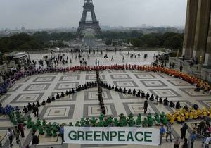 Greenpeace - Активисты  Greenpeace провели антироссийскую акцию на Елисейских полях в Париже