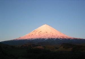 Новости России: Вулкан на Камчатке выбросил столп пепла на пять километров
