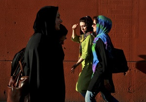 Запретная мода. Иранские женщины в поисках одежды и отдушины ходят в подпольные бутики