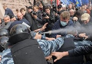 Слезоточивый газ - Киевсовет - Потасовки возле Киевсовета: Начальник столичной милиции признал, что Беркут применил слезоточивый газ