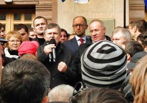 Оппозиция завершила акцию протеста, однако многие митингующие не расходятся