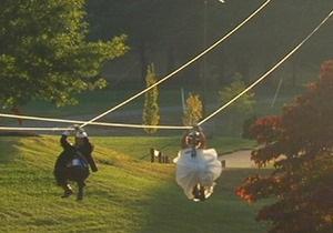 Новости США: Пара из США поженилась, спустившись к алтарю на тросах
