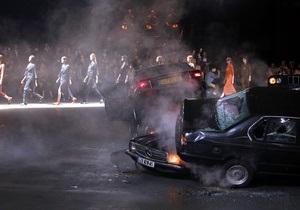 Фотогалерея: Разбитые машины и стиль 80-х. Пятый и шестой день Paris Fashion Week