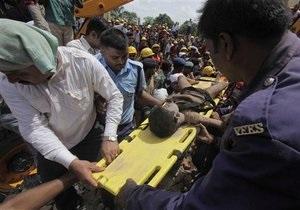 Под завалами рухнувшего в Индии дома могут находиться более 100 человек - СМИ