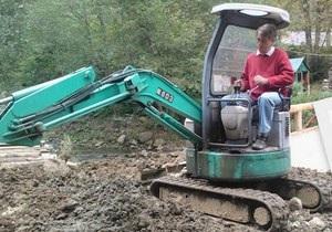 Ющенко - трактор - Виктор Ющенко был замечен возле своей карпатской резиденции за рулем экскаватора