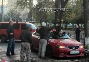 новости Киева - непогода - дожди - автомобили - В Киеве упавшая ветка разбила машину