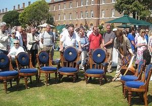 Экс-владелец английского футбольного клуба выбросил на свалку 14 антикварных стульев королевского флота - The Daily Mail