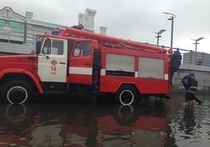 новости Киева - потоп - наводнение - Почтовая площадь - Киевские ливни затопили Почтовую площадь и Левобережную, движение машин остановлено