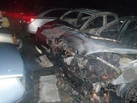 В Киеве на Троещине неизвестные подожгли автомобили на стоянке