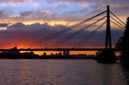 новости Киева - Московский мост - пробка - В Киеве два человека, забравшись на высшую точку Московского моста, спровоцировали пробку
