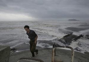 Японія - тайфун - загрожує дамбам на Фукусімі-1