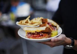 Исследование: в Британии каждый восьмой работник в обеденный перерыв ест одно и то же