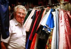 Любящий муж подарил своей жене 55 тысяч платьев за 56 лет совместной жизни