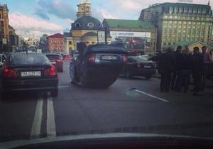 новости Киева - ДТП - ДТП на Почтовой площади в Киеве: автомобиль опрокинулся на крышу