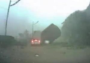 На Тайване камень упал на авто с людьми - видео