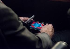 Джон Маккейн играл в покер на телефоне в ходе обсуждения удара по Сирии