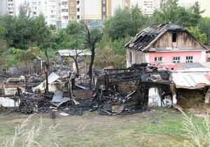 В Киеве на Позняках в окруженном высотками частном доме произошел пожар