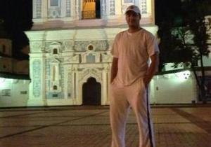 Разыскиваемый милицией экс-пасынок Фирташа сфотографировался напротив киевского главка