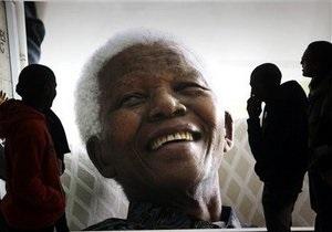 нельсон Мандела - состояние Манделы: Мандела выписан из больницы, но его состояние остается критическим - власти