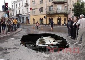 В центре Тернополя под землю провалился микроавтобус