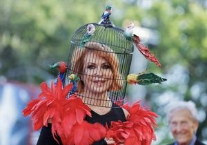 С клеткой на голове. Самые яркие образы церемонии открытия Венецианского кинофестиваля