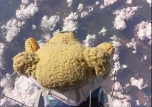 Новости Великобритании - Феликс Баумгартнер: Плюшевый медведь побил рекорд знаменитого парашютиста Феликса Баумгартнера