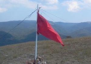 В Крыму неизвестные сорвали украинский флаг и вывесили на его месте советское знамя