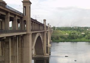 Новини Запоріжжя - У Запоріжжі двоє чоловіків стрибнули з мосту у Дніпро на спір: один загинув, інший госпіталізований