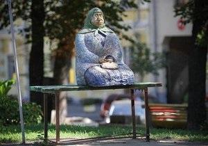 Типова бабуся - Слідом за Їжачком у тумані у Києві постраждала скульптура Типова бабуся