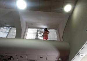 Журналістка шість годин сидить під стелею у будівлі Київради. МНС веде з нею переговори