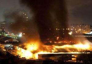 Фотогалерея: Оболонь у вогні. Масштабна пожежа на київському ринку - фото - пожежа на Оболоні - Героїв Дніпра