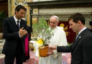 Месси и Буффон принесли подарки Папе Римскому