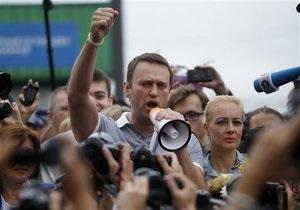 Протести на Манежці - Вирок Навальному - Олексій Навальний - Учасників акції на Манежці звинувачують у вандалізмі через написи на будівлі Держдуми