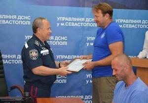Новини Криму - дайвери - Водолазів, які врятували жінку, котра впала в море на машині, номінували на премію Рятувальник року