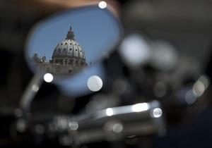 Напередодні проїзду байкерів по Ватикану Папі Римському подарували шкіряну куртку