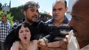 Топлес-протестувальниць у Тунісі від натовпу врятувала поліція