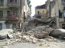 В Одесі з-під завалів зруйнованого будинку врятували двох людей